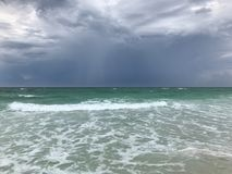 Sturmwolken, die an Mirimar-Strand FL steigen Stockbild