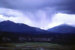 Sturmwolken, die mit vielen Regen sich nähern stockbilder
