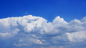 Sturmwolken im blauen Himmel. Stockfoto