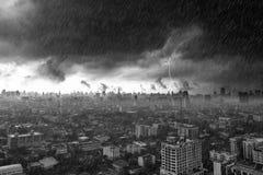 Sturmwolken mit starkem Regen und Blitz über Stadt in Bangkok Stockbild