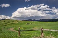 Sturmwolken sind über den Bergen nahe Lewistown in Mittel-Montana im Bau lizenzfreies stockbild