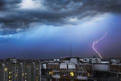Sturmwolken, starker Regen Gewitter und Blitz über der Stadt Stockbilder