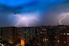 Sturmwolken, starker Regen Gewitter und Blitz über der Stadt Stockbild