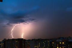 Sturmwolken, starker Regen Gewitter und Blitz über der Stadt Lizenzfreie Stockbilder