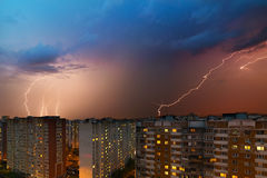 Sturmwolken, starker Regen Gewitter und Blitz über der Stadt Stockfotos