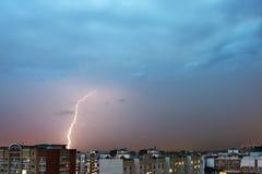 Sturmwolken, starker Regen Gewitter und Blitz über der Stadt Lizenzfreies Stockbild