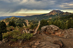 Sturmwolken und Brokeoff-Berg, vulkanischer Nationalpark Lassens lizenzfreies stockfoto