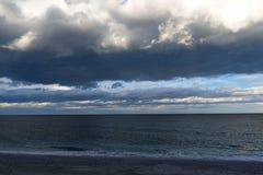 Sturmwolken und -meer Stockfotografie