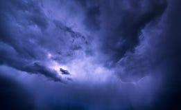 Sturmwolken werden aus Blitzstrahl belichtet Stockbild