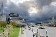 Sturmwolkenversammlung über Rathaus, London, Großbritannien Stockfoto