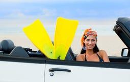 Sturzflugfrau im Auto stockfotografie