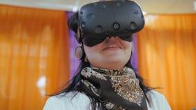 Sturzhelm der virtuellen Realität Ein tragendes vr Gläser des Mannes, ein Kopfhörer, ein virtuelles Spiel spielend und zuhause pa stock video footage