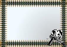 Sturzhelm mit einer Gewehr und einem machine-gun Gurt Stockfoto