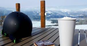 Sturzhelm, Nachtisch und Kaffeetasse Café im im Freien 4k stock video