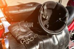 Sturzhelm und Handschuhe sind auf dem Sitz des Motorrades lizenzfreies stockfoto