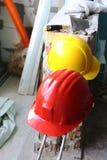 Sturzhelme auf Arbeitsplatz Stockbild