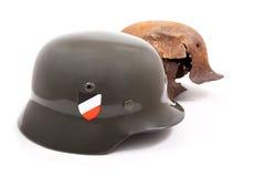 Sturzhelme der Soldaten Wehrmacht auf einem Weiß Stockfoto
