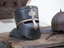 Sturzhelme mittelalterlich von den Rittern auf einer Tabelle Stockfoto