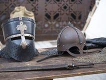 Sturzhelme mittelalterlich von den Rittern auf einer Tabelle Stockbilder