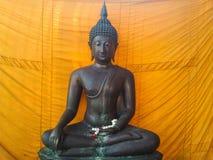 Stutie de Buda en el monje Bangkok Tailandia del uniforme del fondo Imagen de archivo libre de regalías