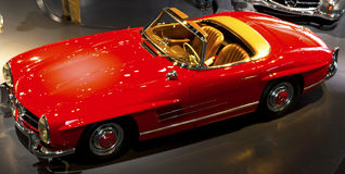 Stuttgart, Alemania - 10 de febrero de 2016: Interior del museo Mercedes-Benz Welt imagenes de archivo