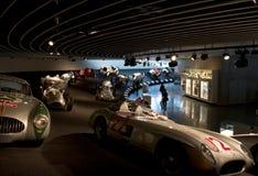 Stuttgart, Alemania - 10 de febrero de 2016: Interior del museo Mercedes-Benz Welt fotografía de archivo