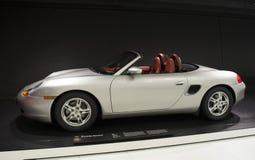 Stuttgart, Alemania - 12 de febrero de 2016: Interior y objetos expuestos del museo de Porsche foto de archivo