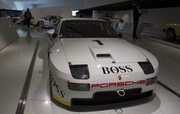 Stuttgart, Alemania - 12 de febrero de 2016: Interior y objetos expuestos del museo de Porsche imagen de archivo