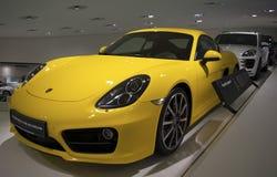 Stuttgart, Alemania - 12 de febrero de 2016: Interior y objetos expuestos del museo de Porsche fotografía de archivo libre de regalías
