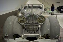 Stuttgart, Alemania - 12 de febrero de 2016: Interior y objetos expuestos del museo de Porsche fotografía de archivo