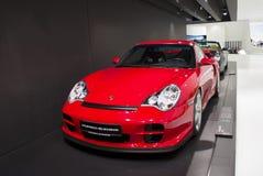 Stuttgart, Alemania - 12 de febrero de 2016: Interior y objetos expuestos del museo de Porsche foto de archivo libre de regalías