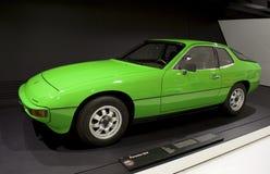 Stuttgart, Alemania - 12 de febrero de 2016: Interior y objetos expuestos del museo de Porsche imagenes de archivo
