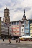 STUTTGART, ALEMANIA 31 DE MAYO DE 2012: Escena de la calle en Market Place con las casas y Abbey Church Stiftskirche en el fondo Fotos de archivo