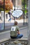 STUTTGART, ALEMANIA 31 DE MAYO DE 2012: escriben la persona en la calle de la ciudad con el resto que hace publicidad de ella en  Imagen de archivo libre de regalías