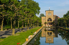 Stuttgart, Alemania - el AMI 13, 2015: Parque zoológico Wilhelma Charca artificial con las plantas acuáticas Palacio antiguo en e Fotografía de archivo libre de regalías
