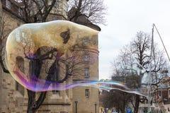 Stuttgart, Alemania, el 3 de marzo de 2019, artista de la calle hace burbujas de jabón grandes imagen de archivo