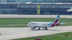 Stuttgart, Alemania Eurowings Airbus A319 en el aeropuerto de Stuttgart está llevando en taxi al terminal almacen de video