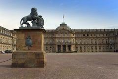STUTTGART, ALLEMAGNE 31 MAI 2012 : Sculpture en lion avec la crête devant l'entrée principale du nouveau château Neues Schloss à  Photos libres de droits