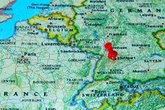 Stuttgart, Deutschland steckte auf eine Karte von Europa fest Stockbilder
