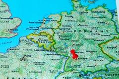 Stuttgart, Deutschland steckte auf eine Karte von Europa fest Stockfotografie