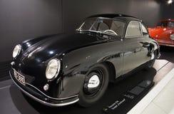 Stuttgart, Duitsland - Februari 12, 2016: Binnenland en tentoongestelde voorwerpen van Porsche-Museum Stock Foto's