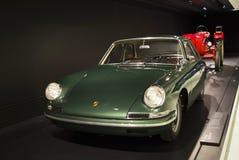 Stuttgart, Duitsland - Februari 12, 2016: Binnenland en tentoongestelde voorwerpen van Porsche-Museum Stock Fotografie
