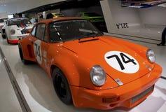 Stuttgart, Duitsland - Februari 12, 2016: Binnenland en tentoongestelde voorwerpen van Porsche-Museum Royalty-vrije Stock Afbeeldingen