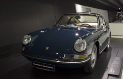 Stuttgart, Duitsland - Februari 12, 2016: Binnenland en tentoongestelde voorwerpen van Porsche-Museum Royalty-vrije Stock Foto's