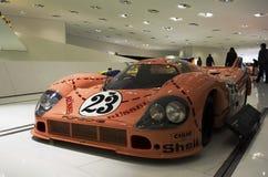 Stuttgart, Duitsland - Februari 12, 2016: Binnenland en tentoongestelde voorwerpen van Porsche-Museum Royalty-vrije Stock Afbeelding