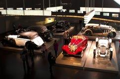Stuttgart, Duitsland - 10 Februari 2016: Binnenland van museum Mercedes-Benz Welt Stock Foto's