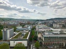 Stuttgart, Duitsland - Mei 24, 2013: Beroemde het winkelen promenade Koenigstrasse, tussen Koenigsbau en Schlossplatz-vierkant Royalty-vrije Stock Foto's
