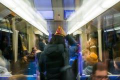 Stuttgart dziewczyna Bawi się Partyjnego Kapeluszowego Celebrationn metro Rozmyty Dru Obraz Stock