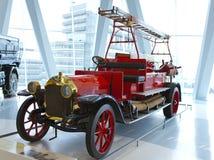 STUTTGART, GERMANIA 31 MAGGIO 2012: camion dei vigili del fuoco d'annata all'esposizione del museo di Mercedes Fotografia Stock Libera da Diritti