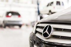 Stuttgart Niemcy, Grudzień, - 12, 2017: Zakończenia Mercedes-Benz samochodowy grill przy utrzymanie stacją MB pojazdu usługa napr fotografia royalty free